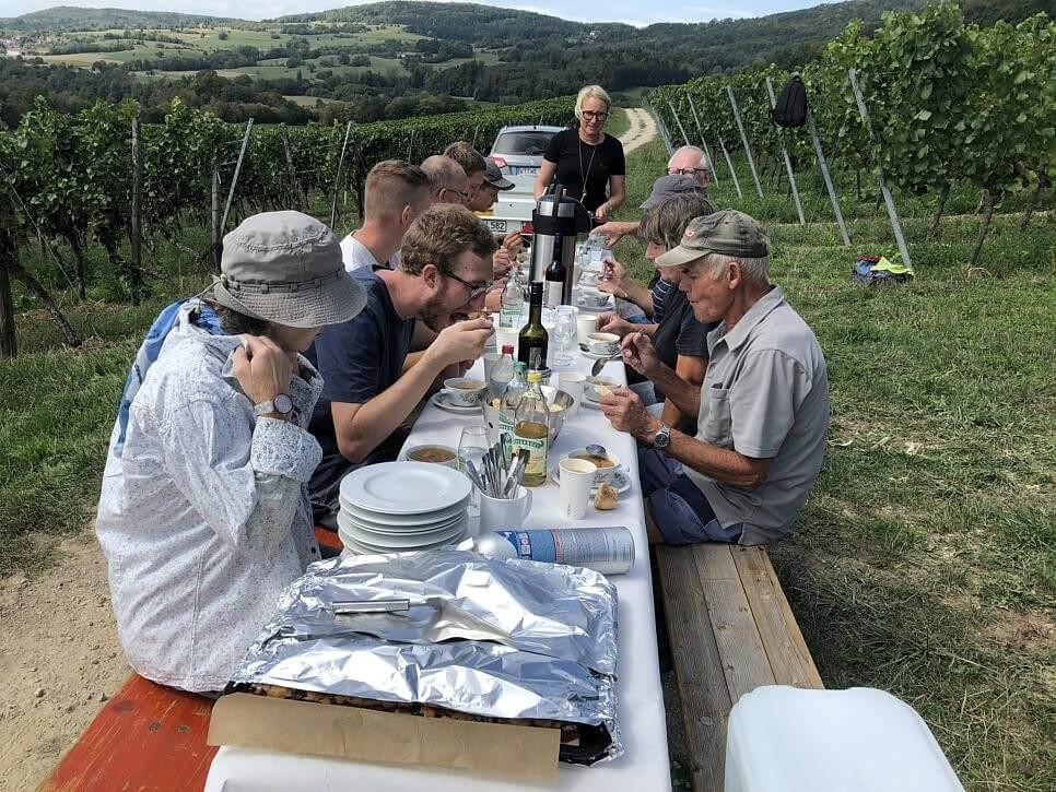 Während die Arbeit im Keller noch läuft, gibt es für die Erntehelfer nach getaner Arbeit im Weinberg Linsen mit Wienerle und später Kaffee und Zwetschgenkuchen.